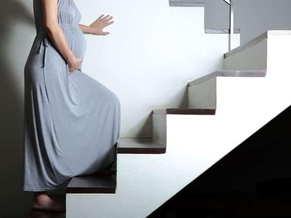 Lưu ý khi di chuyển cầu thang lên xuống khi chuyển nhà của bà bầu