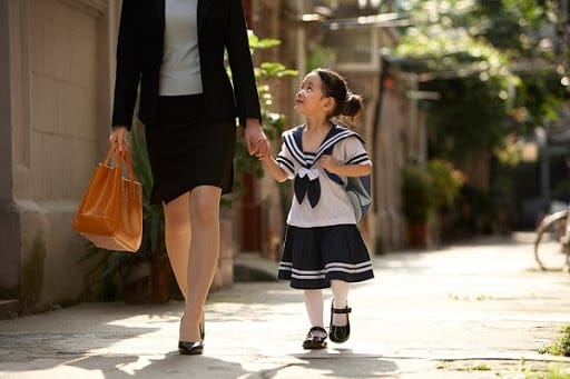 Thường xuyên giúp trẻ quen với môi trường sống mới