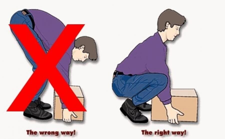 Hãy luôn giữ lưng thẳng khi khiêng vác đồ để tránh đau lưng, trật khớp