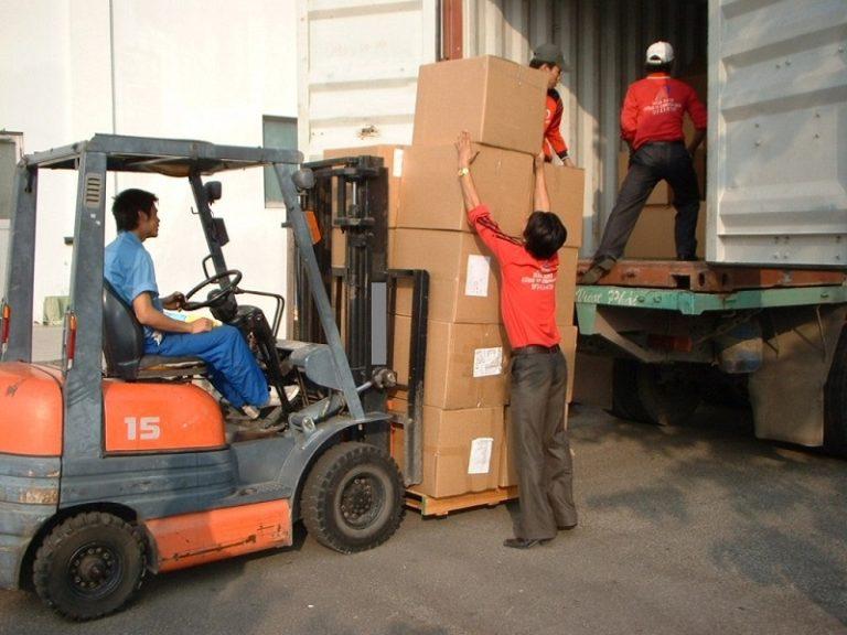 Thực hiện công việc vận chuyển hàng hóa theo hợp đồng