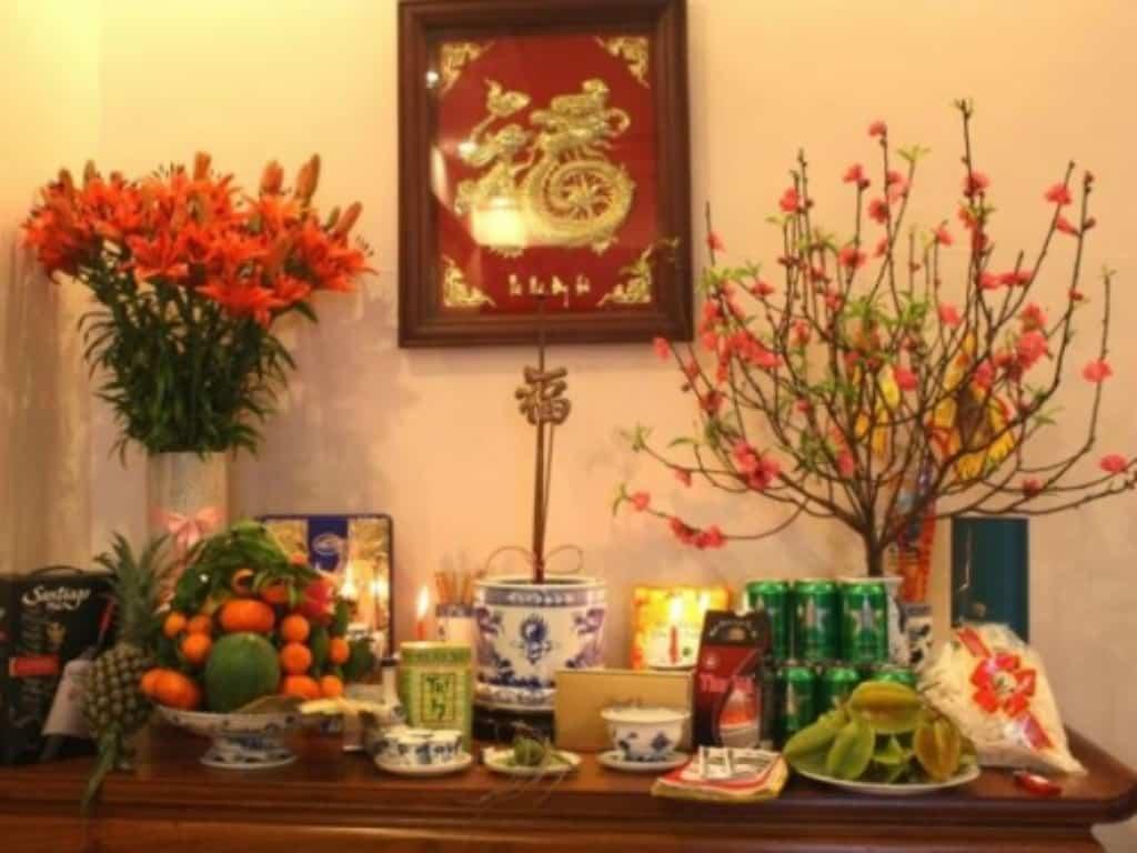hoa quả và bông cúng bày trí bàn thờ tổ tiên