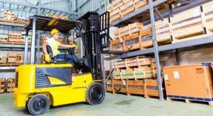 Xe nâng hàng hóa trong kho xưởng