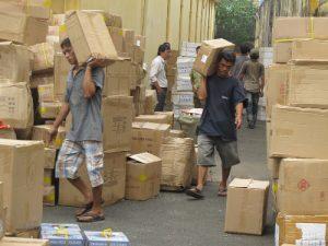 Nhân viên sắp xếp hàng hóa lên xe cân thận