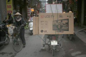 cách vận chuyển tivi bằng xe máy