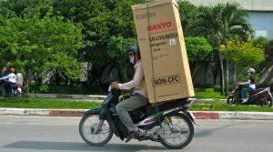 Chở tủ lạnh bằng xe máy có bị phạt không