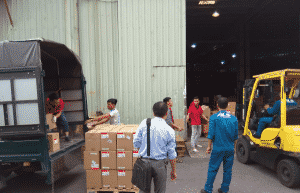 Nhân viên bốc xếp vận chuyển hàng hóa tại kho xưởng