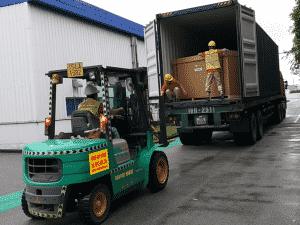 Thuê xe nâng hàng vận chuyển từ thùng container