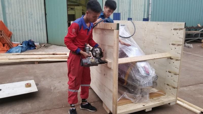 Cách bọc xe máy để vận chuyển bằng thùng gỗ