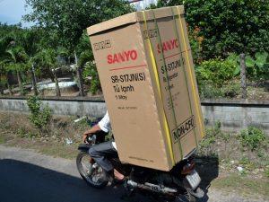 Cách chở hàng bằng xe máy an toàn