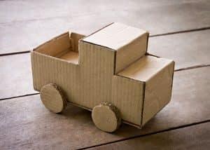 Những chiếc ô tô nhỏ làm từ bìa carton