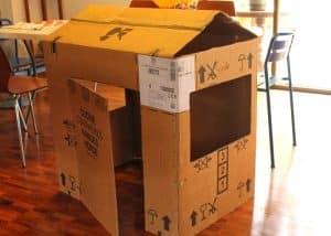 Một ngôi nhà nhỏ xinh xắn làm từ bìa carton