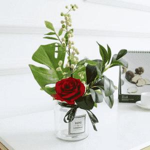 Hoa hồng để bàn làm việc