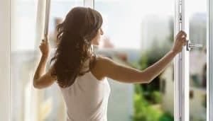 Bạn hãy đóng cửa sổ vào buổi sáng