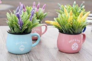 Hoa để bàn làm việc giúp mang lại không gian thoải mái và hài hoà hơn