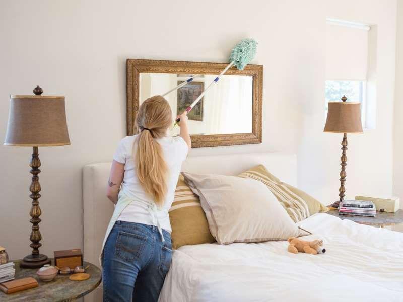 Sử dụng khăn ướt lau những vật dụng trong phòng