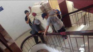 Vận chuyển đồ đạc lên cầu thang