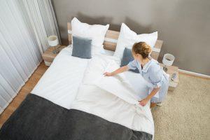 Bạn hãy thay mới ga giường, ga gối thường xuyên
